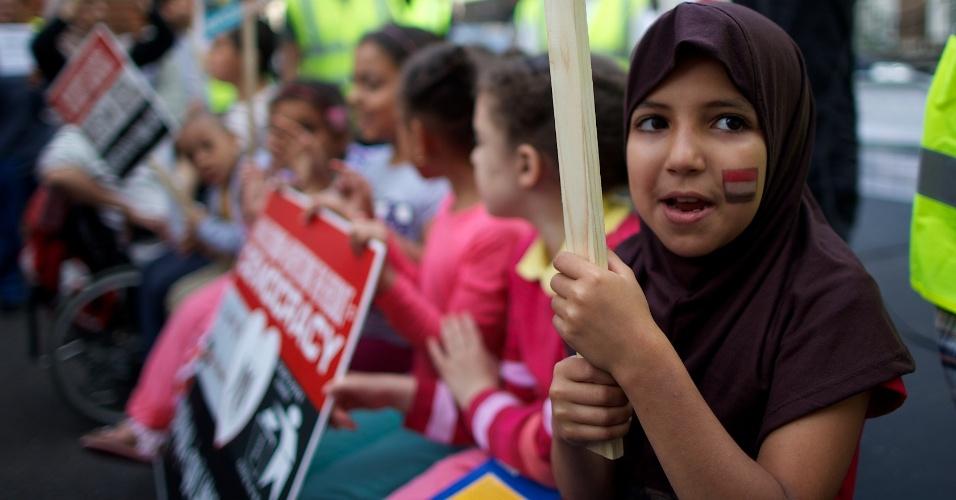 16.ago.2013 - Crianças se juntam aos manifestantes durante protesto contra o massacre de defensores do presidente egípcio deposto Mohamed Mursi, durante protesto ocorrido, nesta sexta-feira (16), do lado de fora da Embaixada do Egito no centro de Londres. A pressão internacional sobre o governo interino do Egito está aumentando para que cesse o derramamento de sague no país