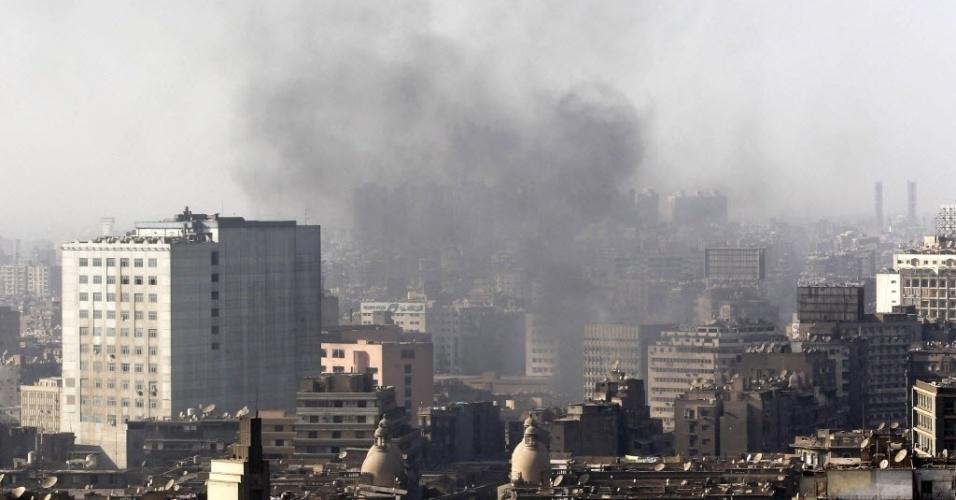 16.ago.2013 - Fumaça sobe no céu do Cairo durante conflitos entre manifestantes partidários do presidente deposto do Egito Mohamed Mursi e forças oficiais egípcias. Um protesto convocado pela Irmandade Muçulmana do Egito acabou em choque com a polícia. O governo egípcio contabiliza dezenas de mortes
