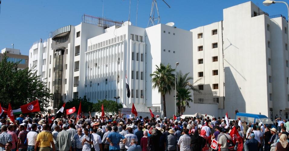 16.ago.2013 - Manifestantes se aglutinaram em frente à embaixada do Egito em Túnis, na Tunísia, nesta terça-feira (16) para mostrar apoio ao presidente egípcio deposto, Mohamed Mursi. França e Grã-Bretanha chamaram a atenção da Europa para que seja enviada uma mensagem forte sobre o agravamento da crise no Egito, pedindo para que a União Europeia reveja as suas relações com Cairo
