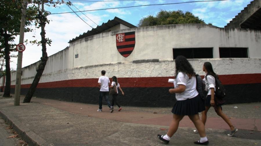 16.ago.2013 - No percurso em direção ao Rebouças, o carro da Polícia Militar passou em frente à sede do Clube de Regatas do Flamengo, na Gávea - Zulmair Rocha/UOL