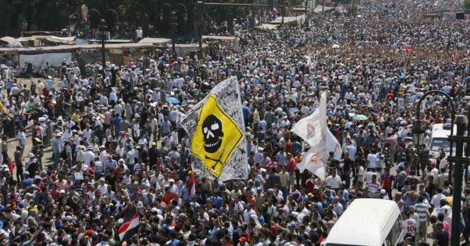 16.ago.2013 - Os partidários do presidente deposto do Egito Mohammed Mursi protestam contra o governo interino do país no Cairo, nesta sexta-feira (16). O governo do Egito contabiliza dezenas de mortes durante os confrontos de hoje pelo país