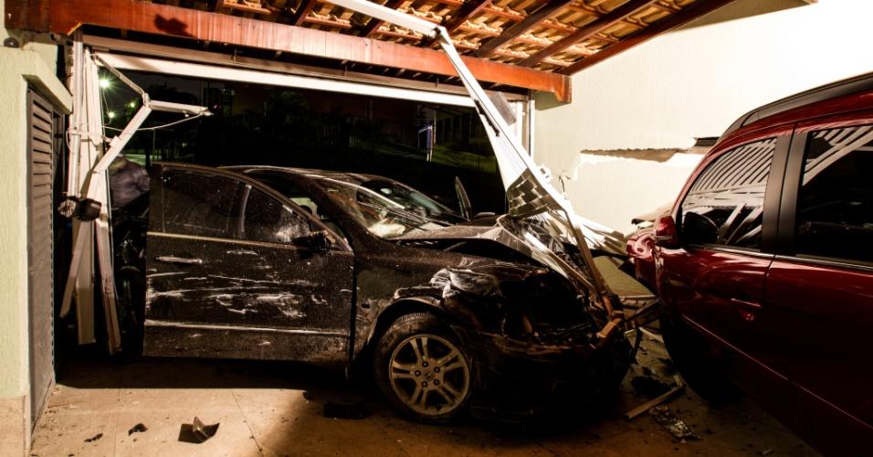 16.ago.2013 - Um adolescente com duas vítimas de sequestro relâmpago perdeu o controle da direção e invadiu a garagem de duas casas na Vila Sônia, zona oeste de São Paulo, na madrugada desta sexta-feira (16). Policiais em patrulhamento pela região deram ordem de parar. O motorista acelerou, perdeu o controle e invadiu a garagem. Com o impacto da batida, os carros estacionados na garagem foram empurrados e invadiram a sala da casa