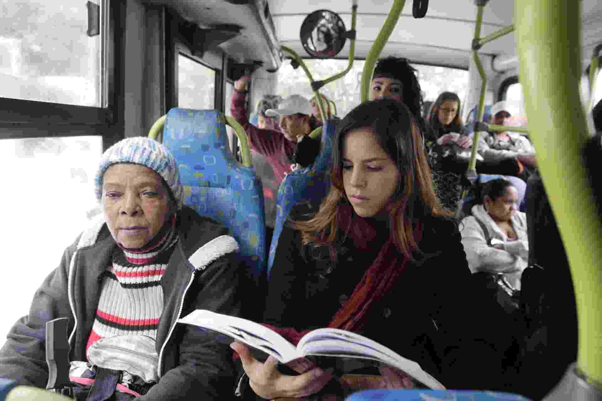 Preparação para Exame da OAB - Quando encontra lugar para sentar no ônibus a caminho do estágio, Carolina Dornela ganha minutos a mais para estudar. Ela precisa chegar ao trabalho até 13h. ?É um ótimo momento para fazer as leituras necessárias.? - Reinaldo Canato/UOL