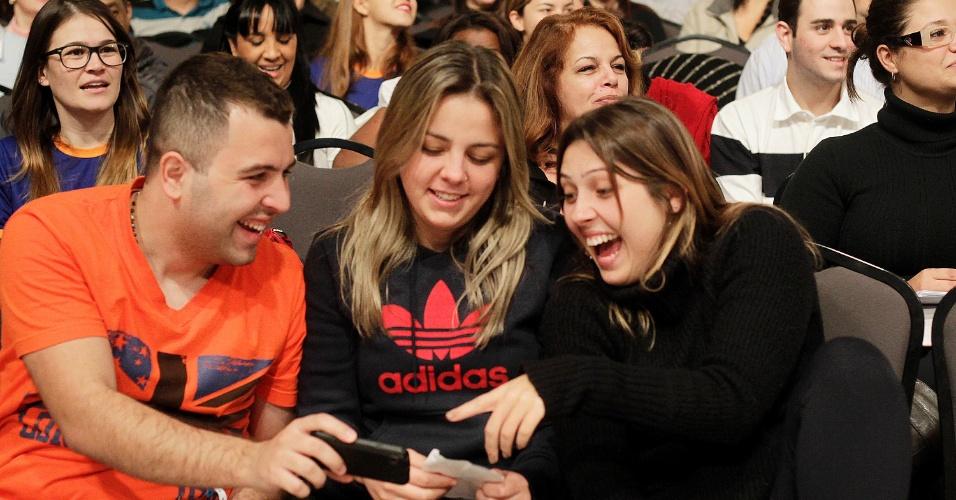"""11º Exame da OAB: alunos vão à maratona final do cursinho LFG e param tudo para registrar o professor Alexandre Sanchez """"fantasiado"""" como a cantora Anitta e cantar uma paródia de Show das Poderosas com assuntos da prova"""