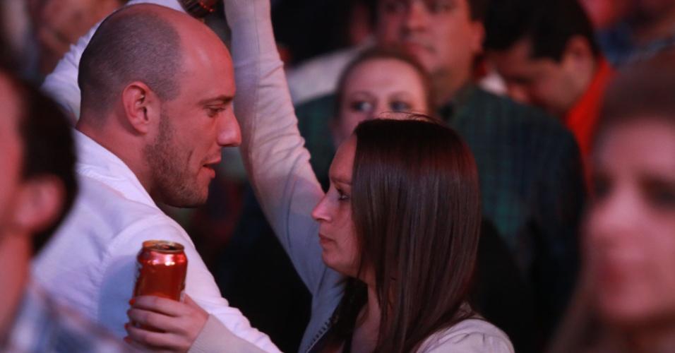 17.ago.2013 - Casal dança colado na noite desta sexta-feira (17), no segundo dia da Festa do Peão de Barretos, no interior de São Paulo