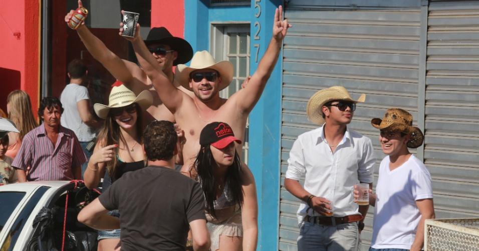 17.ago.2013 - Grupo festeja e bebe cerveja sobre a caçamba de uma caminhonete neste sábado (17), na Avenida 43, em Barretos (SP), onde acontece a 58ª edição da Festa de Peão