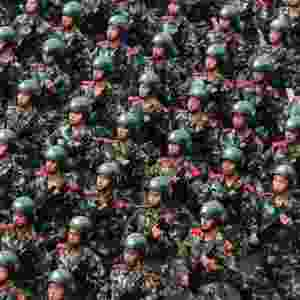 17.ago.2013 - Paramilitares armados ficam em posição de guarda durante treinamento militar preparatório para a 12ª edição dos Jogos Nacionais chineses, que acontece de 31 de agosto a 12 de setembro, na província de Liaoning - Reuters