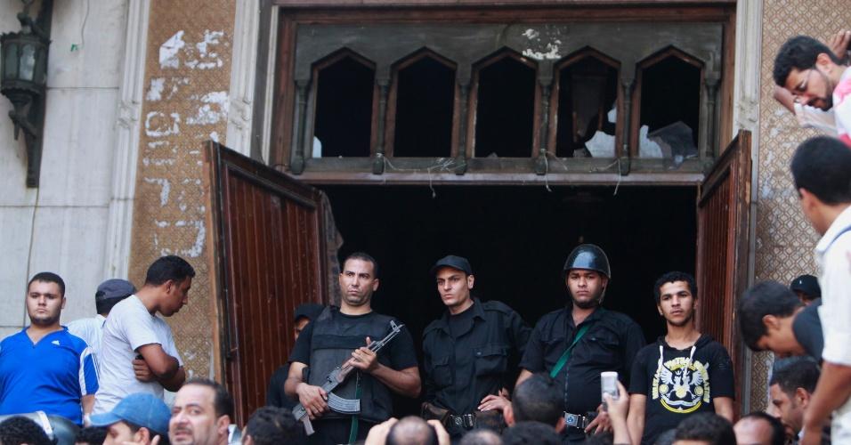 17.ago.2013 - Policiais montam guarda em frente a uma das portas da mesquita Al-Fath, na praça de Ramsés, no Cairo, neste sábado (17). O local, ocupado por apoiadores do presidente deposto Mohammed Mursi, foi invadido por soldados egípcios