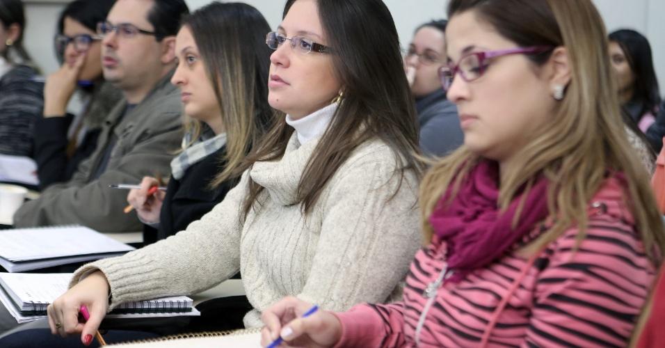 A bacharel em direito Ana Paula Brenoe Vieira, 27, (centro) acompanha a aula de ética. Após ser reprovada no 9º Exame da Ordem, que segundo ela foi ?traumatizante?, ela se prepara para a prova do 11º Exame