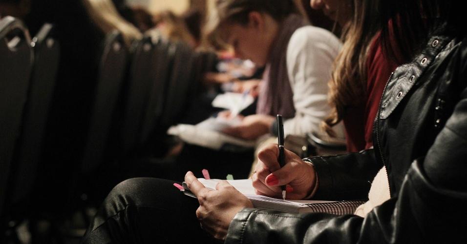 Estudantes fazem anotações durante aula de dicas, dois dias antes do 11º Exame da Ordem. Em pouco mais de 10 horas de aula, os alunos concentraram-se em anotar as valiosas dicas e previsões do que pode cair na prova na opinião dos professores