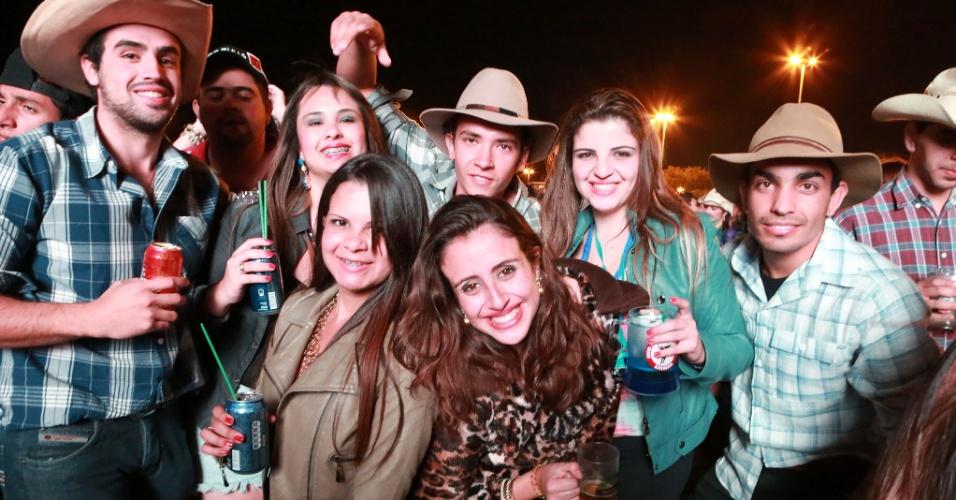 18.ago.2013 - 18.ago.2013 - Amigos se divertem no show dos sertanejos Jorge e Mateus segundo dia da Festa do Peão de Barretos, no interior de São Paulo