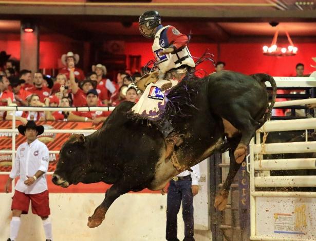 18.ago.2013 - Competidor monta em touro durante Festa de Peão de Barretos, realizada no interior de São Paulo (SP). O evento, realizado anualmente, já está em sua 58ª edição