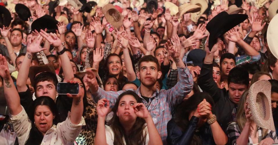 18.ago.2013 - Milhares de paulistas e turistas lotam a arena do Barrentão (Parque do Peão), em Barretos, interior de São Paulo, para acompanhar o show dos sertanejos Jorge e Mateus