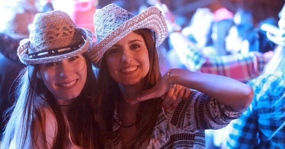 18.ago.2013 - Paulistas e turistas se divertem no show do funkeiro Naldo, na noite deste sábado (17), na Festa do Peão de Barretos, no interior de São Paulo