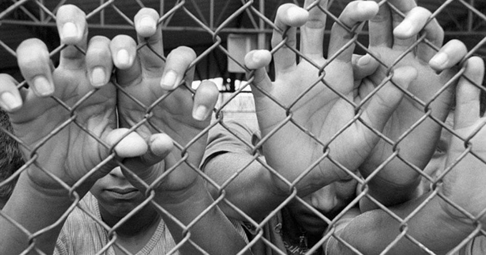 Imagem ilustrativa para matéria sobre exame da OAB; maioridade penal; mãos; grades