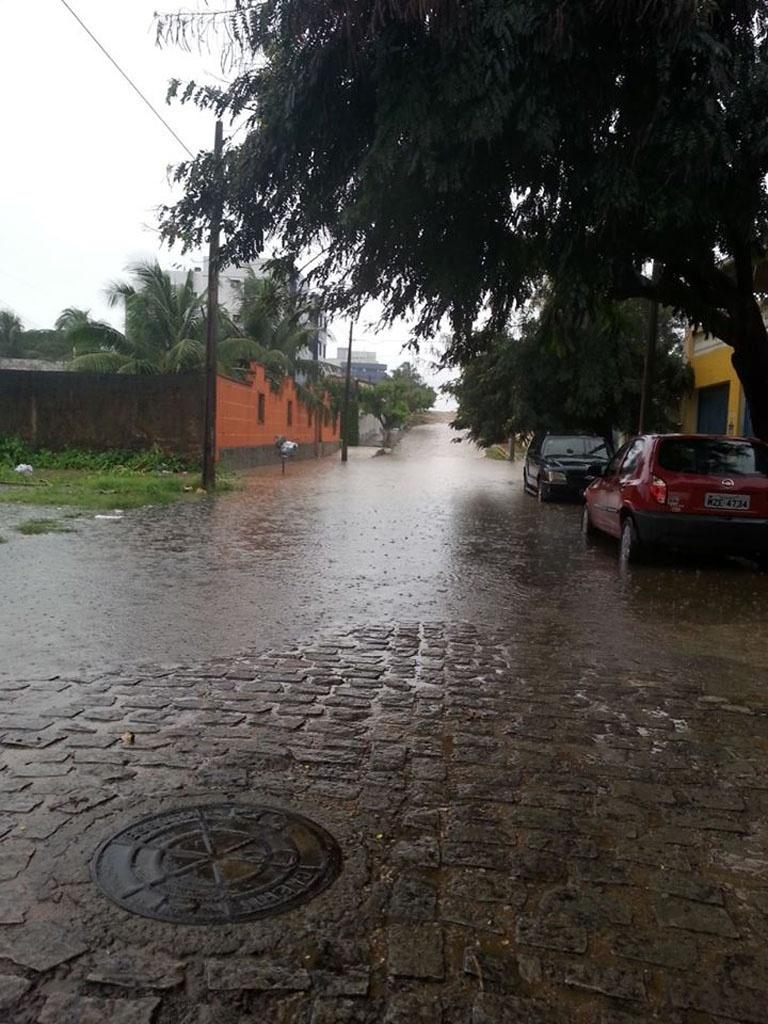 18.ago.2013 - Alagamento deixou a rua Francisco Pignataro, em Capim Macio, Natal, intransitável