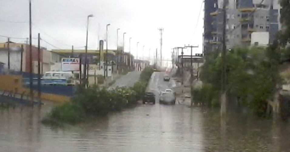18.ago.2013 - Avenida da Integração, em Natal, ficou totalmente alagada no trecho próximo à rodovia BR-101 sul, neste domingo