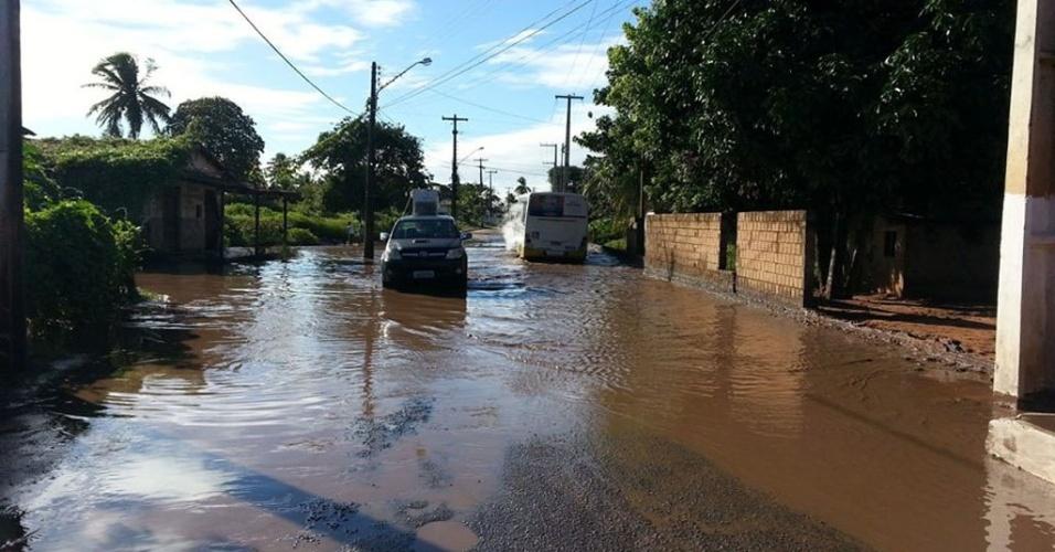 18.ago.2013 - Avenida Moema Tinoco da Cunha, na Pajussara, em Natal, ficou alagada por causa do volume de água das chuvas neste domingo