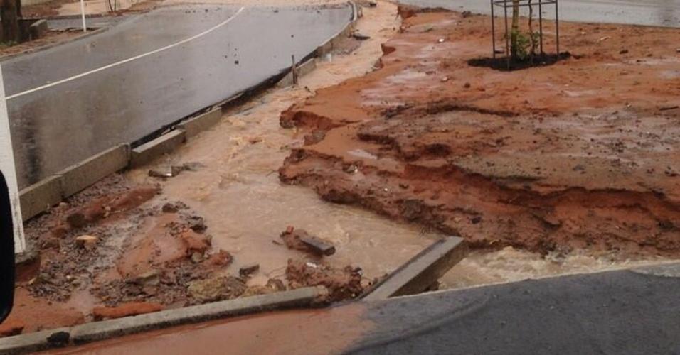 18.ago.2013 - Chuvas causaram destruição no cruzamento da rua dos Caiapós com a rua dos Perdizes, no bairro Cidade Satélite, em Natal, neste domingo