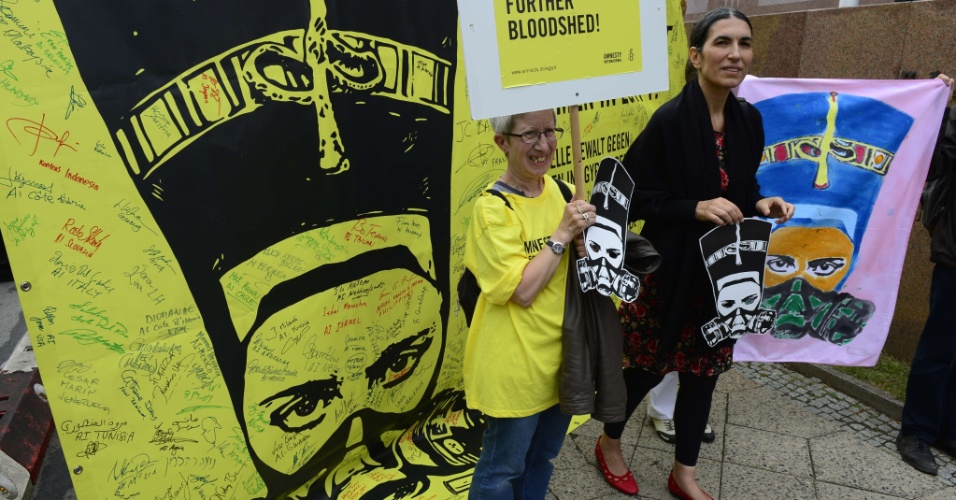 19.ago.2013 - Ativistas da organização de direitos humanos Anistia Internacional usam máscaras caracterizando Nerfertiti, a mulher do faraó Aquenáton, durante protesto contra a violência no Egito, em frente à embaixada egípcia em Berlim, na Alemanha, nesta segunda-feira. A organização denunciou a