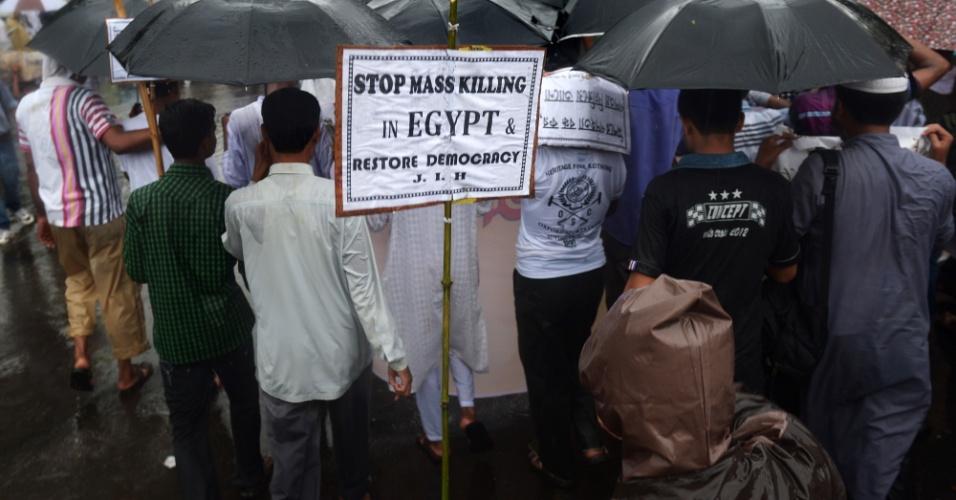 19.ago.2013 - Manifestantes muçulmanos marcham em manifestação em Calcutá, na Índia, contra o recente assassinato em massa no Egito durante confrontos entre as forças de segurança e apoiadores do presidente deposto Mohammed Mursi