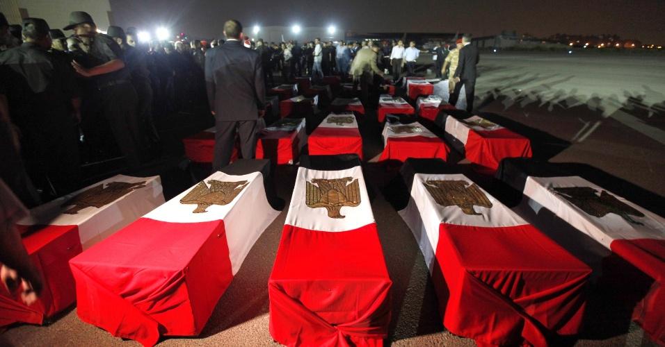 19.ago.2013 - Os caixões de 25 policiais mortos na manhã desta segunda-feira, perto da cidade de Rafah, Egito, chegam ao aeroporto militar de Almaza, no Cairo. Grupos islamitas armados atacaram nesta segunda-feira dois micro-ônibus da polícia com foguetes, matando 25 policiais que iam para Rafah. Esse ataque, o mais mortífero contra as forças de ordem em décadas, eleva para 102 o número de policiais mortos em cinco dias