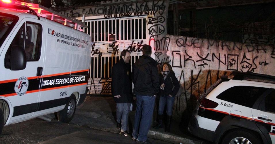 19.ago.2013 - Perícia Científica e equipes do DHPP (Departamento de Homicídios e Proteção à Pessoa) fazem reconstituição, na noite desse domingo (18), na casa da família de PMs assassinados na rua Dom Sebastião, na Brasilândia, zona norte de São Paulo (SP). Os peritos realizaram dez disparos para checar se vizinhos podem ter ouvido os sons. O principal suspeito da morte da família é o filho do casal, Marcelo Pesseghini, de 13 anos