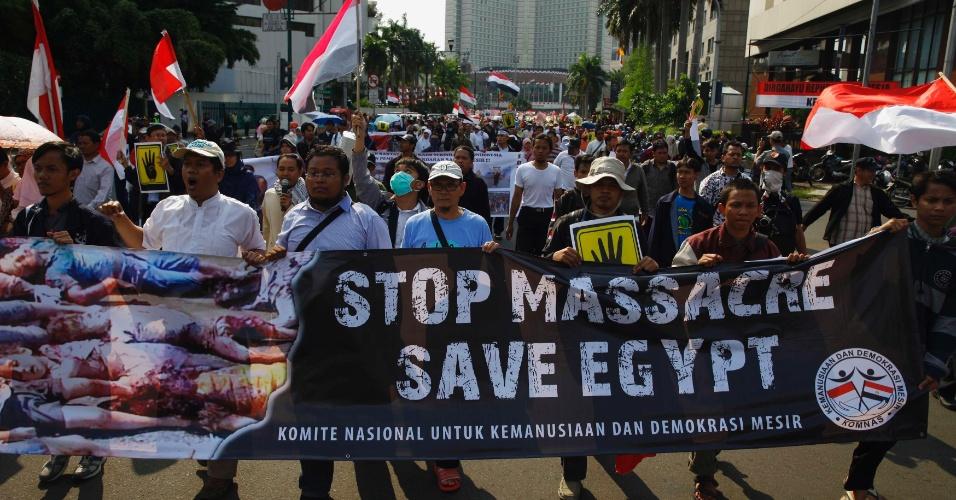 19.ago.2013 - Pessoas protestam contra a repressão do governo egípcio contra partidários do presidente deposto do Egito, Mohamed Mursi, perto da embaixada egípcia em Jacarta, capital da Indonésia