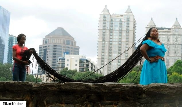 19.ago.2013 - Rapunzel da vida real, a americana Asha Mandela, tem 16.76 metros de dreadlocks, os maiores do mundo, segundo o Guinness Book. Os médicos alertam que o cabelo de Asha pesa o equivalente a três pedras e poderia paralisá-la, mas ela afirma que não pretende cortá-lo. A moradora de Atlanta (EUA)leva cerca de dois dias para lavar e secar o cabelo