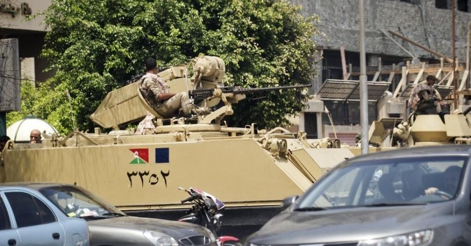19.ago.2013 - Tanque do Exército egípcio é visto estacionado ao lado do hospital militar Aguza, no Cairo, nesta segunda-feira (19), após a morte de ao menos 24 policiais, perto da cidade de Rafah, no norte do Sinai egípcio