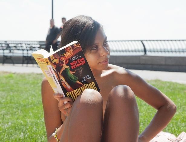 """Integrante do """"The Outdoor Co-ed Topless Pulp Fiction Aprecciation Society"""" participa de leitura em Nova York"""