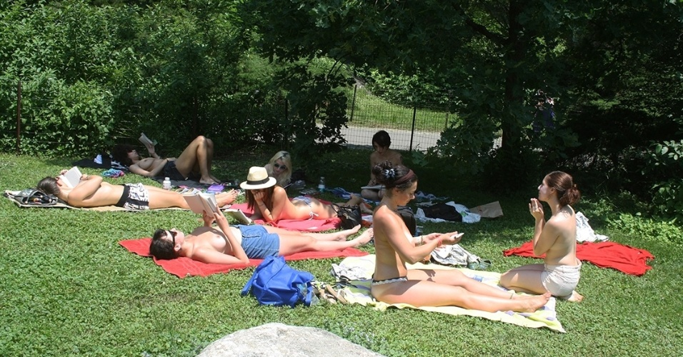 "Integrantes do ""The Outdoor Co-ed Topless Pulp Fiction Aprecciation Society"" participam de leitura em Nova York"