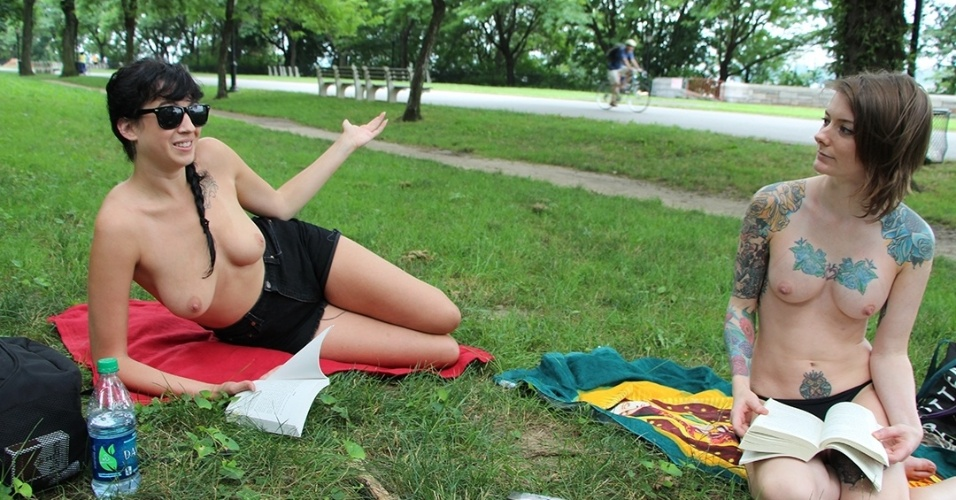 "Integrantes do ""The Outdoor Co-ed Topless Pulp Fiction Aprecciation Society"" participam de leitura no Riverside Park, em Nova York"