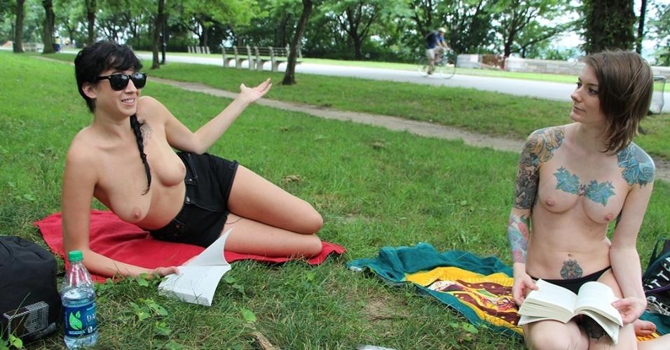 """Integrantes do """"The Outdoor Co-ed Topless Pulp Fiction Aprecciation Society"""" participam de leitura no Riverside Park, em Nova York"""