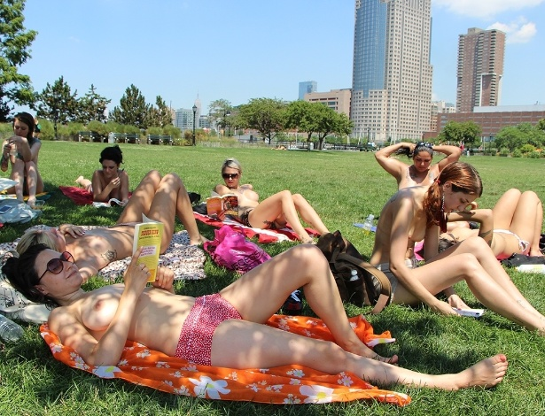 "Integrantes do ""The Outdoor Co-ed Topless Pulp Fiction Aprecciation Society"" participam de leitura no Rockefeller Park, em Nova York"