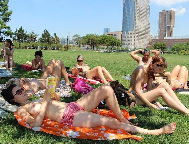 """Integrantes do """"The Outdoor Co-ed Topless Pulp Fiction Aprecciation Society"""" participam de leitura no Rockefeller Park, em Nova York"""