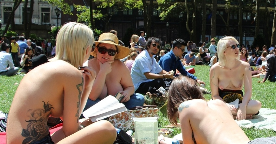 "Participantes do ""The Outdoor Co-ed Topless Pulp Fiction Aprecciation Society"" se encontram no Bryant Park, em Nova York"