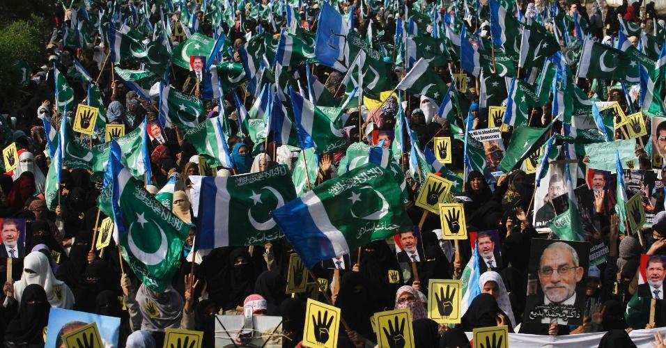 20.ago.13 - Apoiadores do partido político e religioso Jamaat-e-Islami seguram bandeiras durante protesto a favor do presidente egípcio deposto, Mohamed Mursi, em protesto em Karachi, no Paquistão