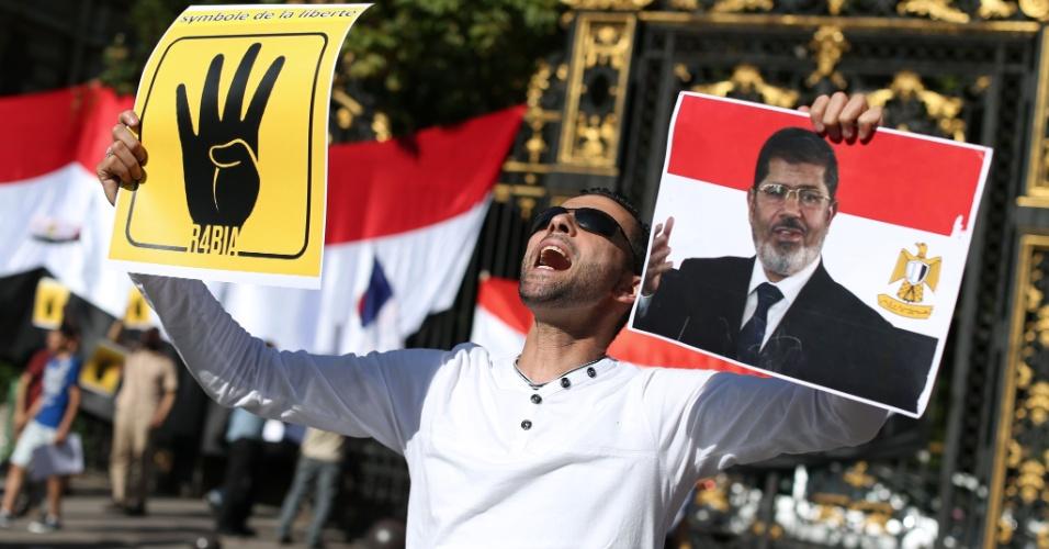 20.ago.13 - Apoiadores do presidente egípcio deposto, Mohamed Mursi, protestam contra a morte de centenas em confrontos no Egito, em frente à embaixada egípcia da Arábia Saudita, em Paris, na França