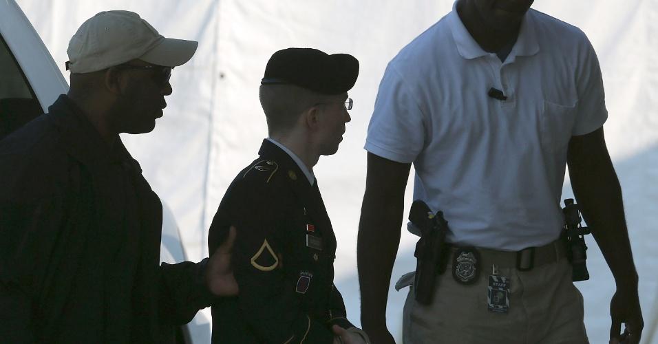 20.ago.13 - O soldado do Exército dos EUA Bradley Manning (c) chega ao tribunal militar em Fort Meade, no Estado de Maryland, EUA, onde será sentenciado. Manning foi declarado culpado de fornecer arquivos secretos norte-americanos ao WikiLeaks. A juíza que cuida do caso disse que a decisão poderá sair na quarta-feira (21).