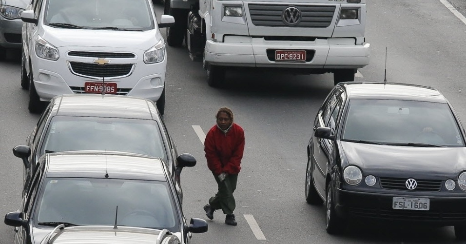 20.ago.2013 - Após a tentativa de assalto, a mulher se recupera, dá a volta no carro da vítima, pega faca e foge