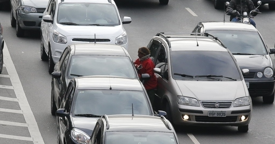 20.ago.2013 - Após a tentativa de assalto, a mulher se recupera, pega faca e foge