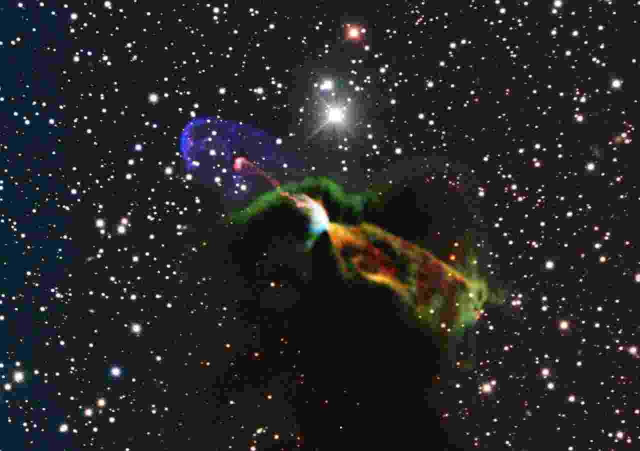 20.ago.2013 - O maior radiotelescópio do mundo, o ALMA (Atacama Large Millimeter/submillimeter Array), registrou detalhes inéditos do nascimento de uma estrela ao observar por apenas cinco horas a Harbig-Haro 46/47, que fica a 1.400 anos luz de distância, na constelação da Vela. O equipamento registrou o instante em que a estrela recém-nascida soltou jatos de matéria muito energéticos (manchas laranjas e verdes), que são impossíveis de serem vistos em luz visível devido ao obscurecimento provocado pelas nuves de poeira e gás que rodeiam o astro. Já as manchas rosas e roxas indicam a parte visível do espectro que estão vindo em nossa direção, conforme registro do NTT, outro telescópio operado pelo Observatório Europeu do Sul (ESO, na sigla em inglês) - ESO/ALMA (ESO/NAOJ/NRAO)/H. Arce. Acknowledgements: Bo Reipurth