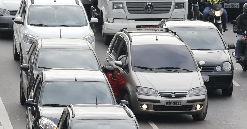 20.ago.2013 - O motorista que vinha atrás vê assalto, acelera o carro e prensa a suspeita contra carro da vítima
