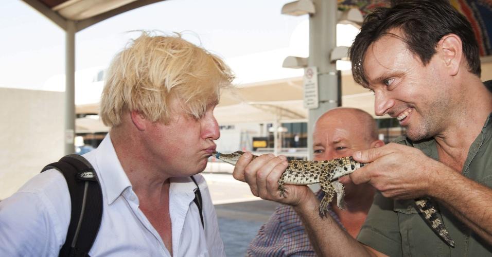 20.ago.2013 - Prefeito de Londres, Boris Johnson, beija nesta terça-feira (20) o crocodilo George, em Darwin (Austrália). O animal recebeu o nome em homenagem a George Alexander Louis, filho recém-nascido do príncipe William e Kate Middleton