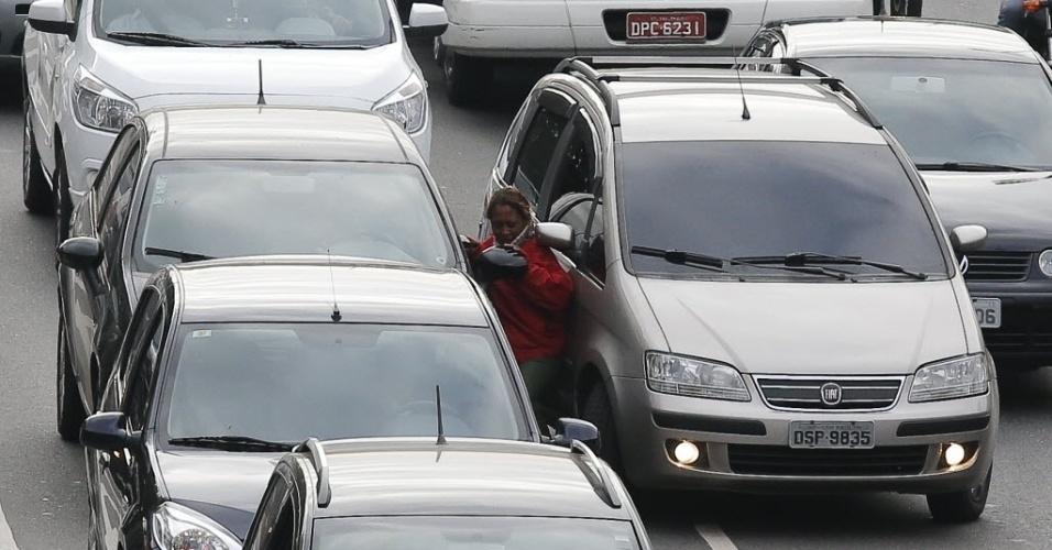 20.ago.2013 - Uma mulher que tentava assaltar o motorista de um Fiat Punto preto com uma faca foi prensada por outro carro, um Fiat Idea prata que vinha atrás, no Elevado Costa e Silva, na altura do bairro da Liberdade, em São Paulo. Ao perceber a tentativa de assalto, o auxiliar de RH Diego Oliveira, 35, decidiu agir. Ele avançou com seu carro e prensou a suspeita entre os dois veículos, dificultando que ela se movimentasse. A mulher se jogou no chão, conseguiu recuperar a faca que tinha caído e fugiu