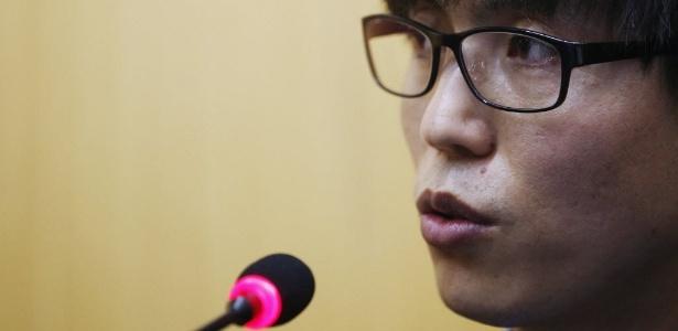 Shin Dong-hyuk, o mais famoso desertor de campos de prisioneiros da Coreia do Norte, durante depoimento à Comissão de Inquérito das Nações Unidas, em Seul (Coreia do Sul), sobre a violação dos direitos humanos no país vizinho. Shin conta que teve um dedo cortado por derrubar uma máquina de costura - Kim Hong-Ji/Reuters