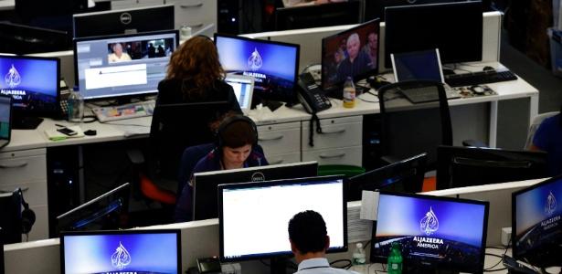 20.ago.2013 - Jornalistas trabalham na redação do centro de transmissão da Al Jazeera América, em Nova York, nos Estados Unidos, no dia em que o canal foi inaugurado - Brendan McDermid/Reuters