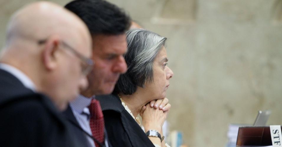 21.ago.2013 - A ministra do STF (Supremo Tribunal Federal) Cármem Lúcia atenta aos pronunciamentos dos demais magistrados durante sessão do julgamento dos embargos declaratórios da Ação Penal 470, conhecida como mensalão, nesta quarta-feira (21)