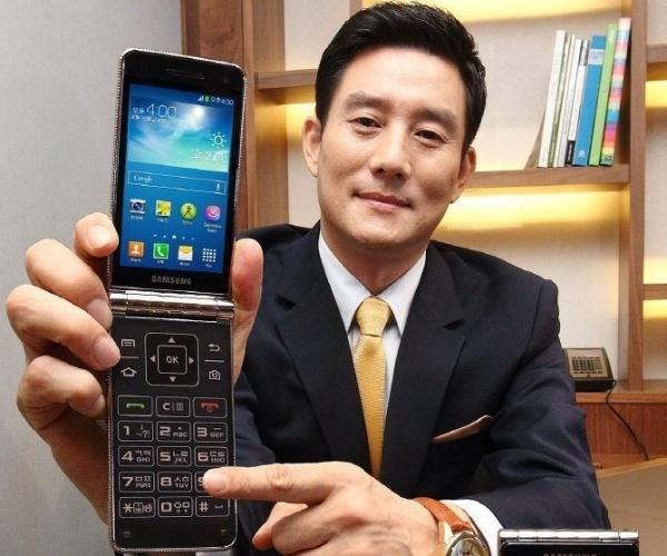 21.ago.2013 - A Samsung apresentou, em Seul, Coreia do Sul, o smartphone Galaxy Golden. Voltado para um público mais idoso, o aparelho combina tela touchscreen com o conforto do teclado físico. O gadget possui Android 4.2 Jelly Bean, processador dual-core de 1.7 GHz e câmera de 8 megapixels. O preço é US$ 700 (cerca de R$ 1700). Não há informações se o aparelho será lançado no Brasil